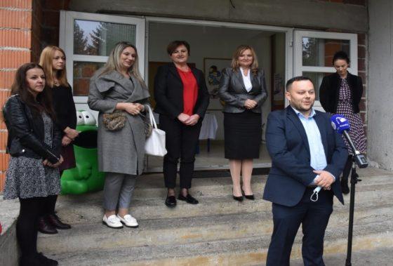 Sredstvima Karlovačke županije kupljeno kombi vozilo za potrebe škole u Oštarijama